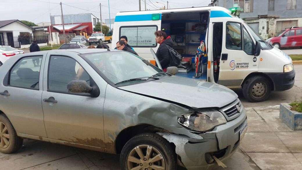 Impresionante choque: Una camioneta terminó sobre la